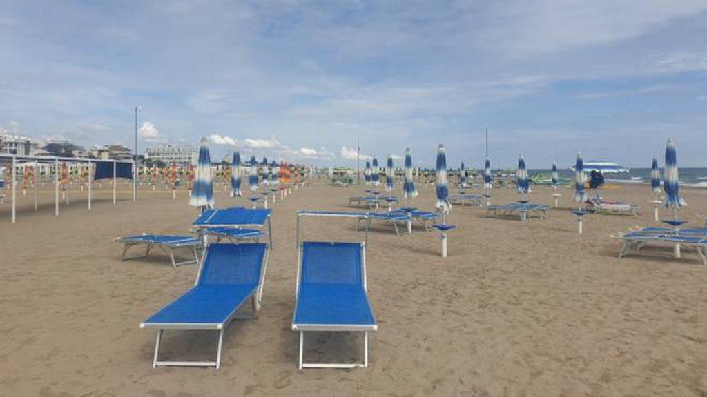 Campania, spiagge deserte e locali vuoti: così l'estate si t