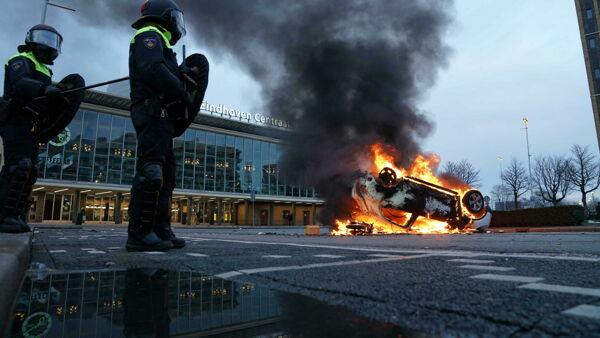 Olanda, rivolte nella notte: i cittadini scendono in strada contro le restrizioni