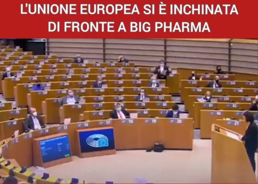 L'Ue s'inchina a Big Pharma e toglie libertà ai cittadini. Il video della Europarlamentare spopola in rete
