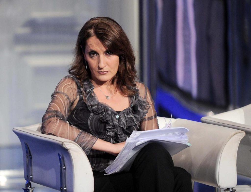 L'autogol di Carla Ruocco: decanta su Facebook il suo impegno, ma gli utenti la massacrano