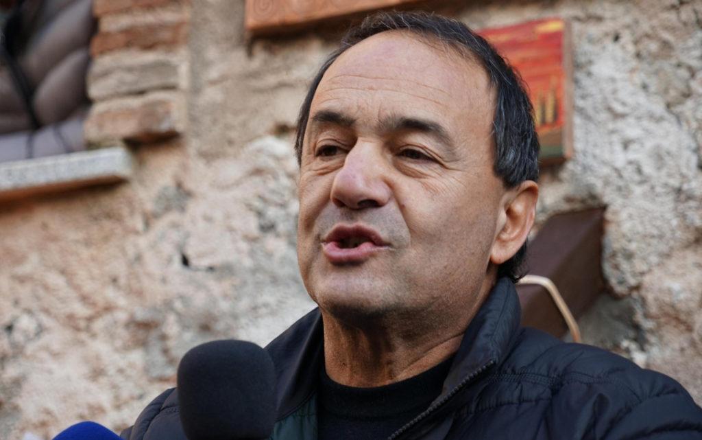 Riace, chiesti 7 anni per l'ex sindaco Lucano. Sotto accusa il suo modello di accoglienza