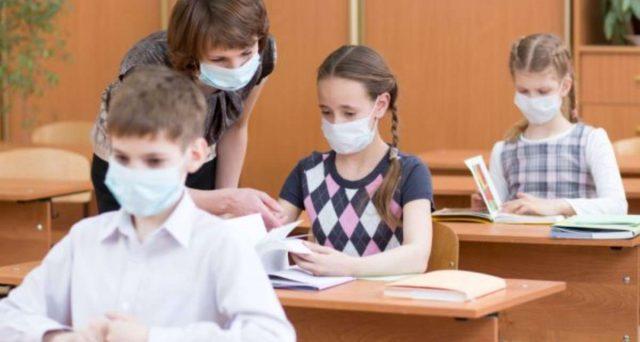 Il lascito di Arcuri: 154 miliardi spesi in mascherine che le scuole non sanno più dove mettere
